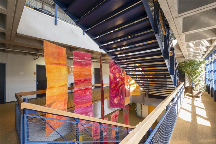 """Installation """"Segel für Aichach"""" von Antje Sträter im Landratsamt (© Fotograf Florian Lechner)"""